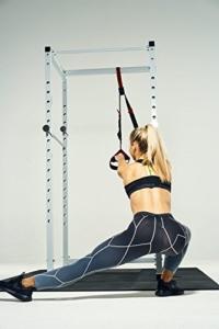 Frau trainiert an Gorilla Sports Power Cage